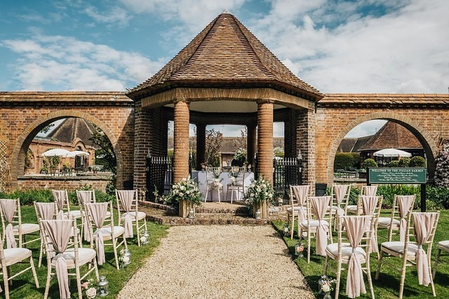 outdoor wedding ceremony oxfordshire